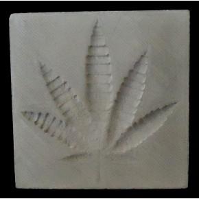 Carré décoratif en béton avec feuille de chanvre en relief