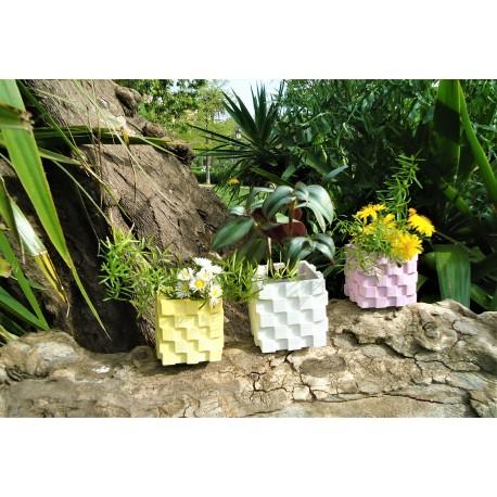 Pot de fleurs cubique avec escalier extérieur