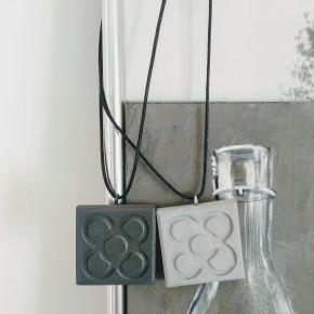 "Collaret ""flor de Barcelona"", gran panot en resina ceràmica"