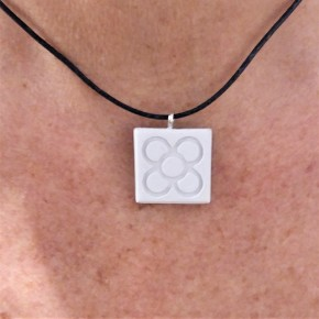 "Collaret petita ""flor de Barcelona"", Panot en resina ceràmica"