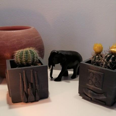 Cubic pot souvenir of Barcelona in ceramic resin