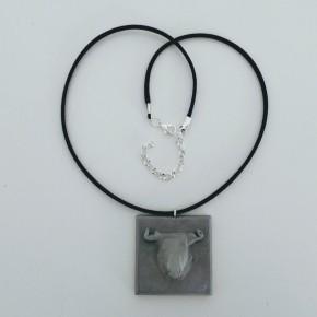 Collar ajustable amb penjoll toro en resina ceràmica
