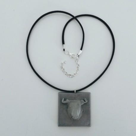 Collier ajustable avec un pendentif taureau en résine céramique