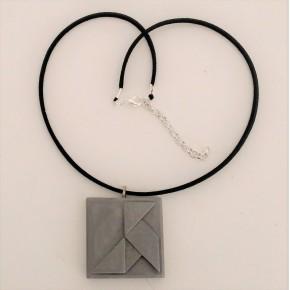 """Collar ajustable con """"Pajarita de papel"""" en estilo origami en resina cerámica"""