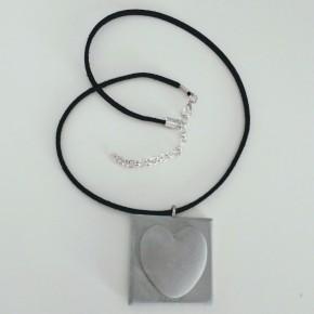 Collier ajustable avec un pendentif coeur en résine céramique