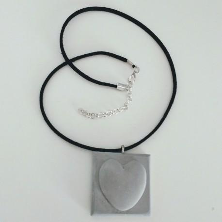 Collar ajustable con un corazón en resina cerámica