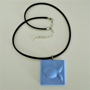 Adjustable necklace with a small fish pendant in ceramic resin