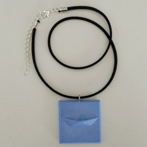 Adjustable necklace with a sailboar pendant in ceramic resin,