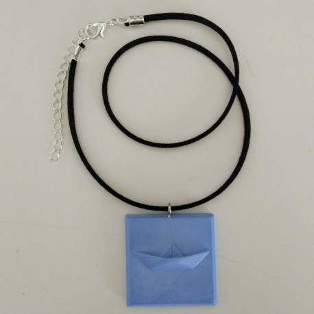 Collier ajustable avec un pendentif voilier en résine céramique