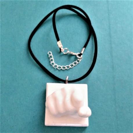 Collier ajustable avec un poing en pendentif réalisé en résine céramique