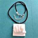 Collar ajustable amb penjoll puny, en resina ceràmica