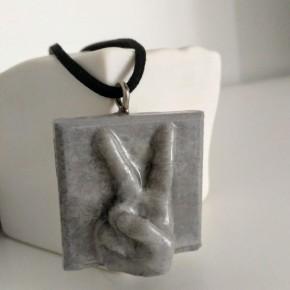"""Collier ajustable avec le pendentif """"Victoire !"""" réalisé en résine céramique"""