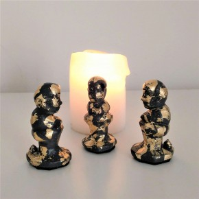 3 Caganer figurines in grey ceramic resin with golden metal finish