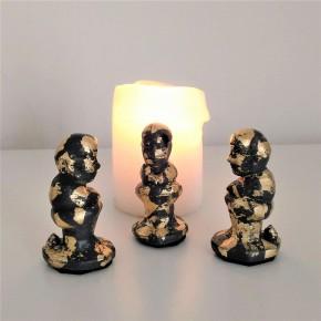 3 figuritas de Caganer  gris con acabado metal dorado