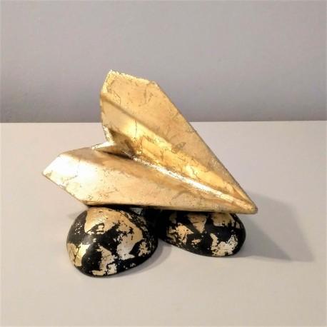 Avion de style origami avec finition en métal doré