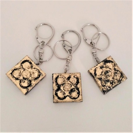 Large keychain with panot, golden metal finish