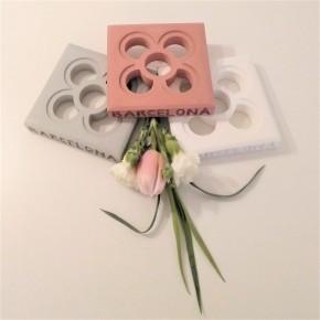Posagots clatas personalitzables Flor de Barcelona, Panot en resina acrílica
