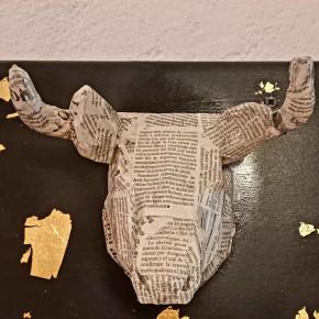 Cabeza decorativa de Toro collage periódico